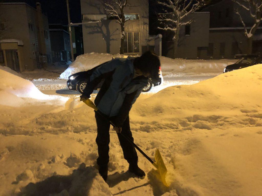 国際交流シェアハウスで初めての雪かき経験!